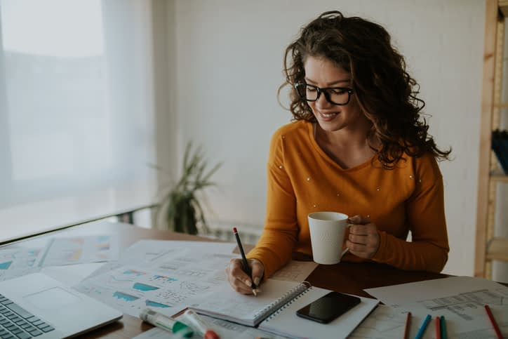 picture-of-a-young-woman-planning-her-time-and-drinking-coffee